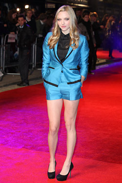 amanda seyfried wears H&M shorts suit to premier